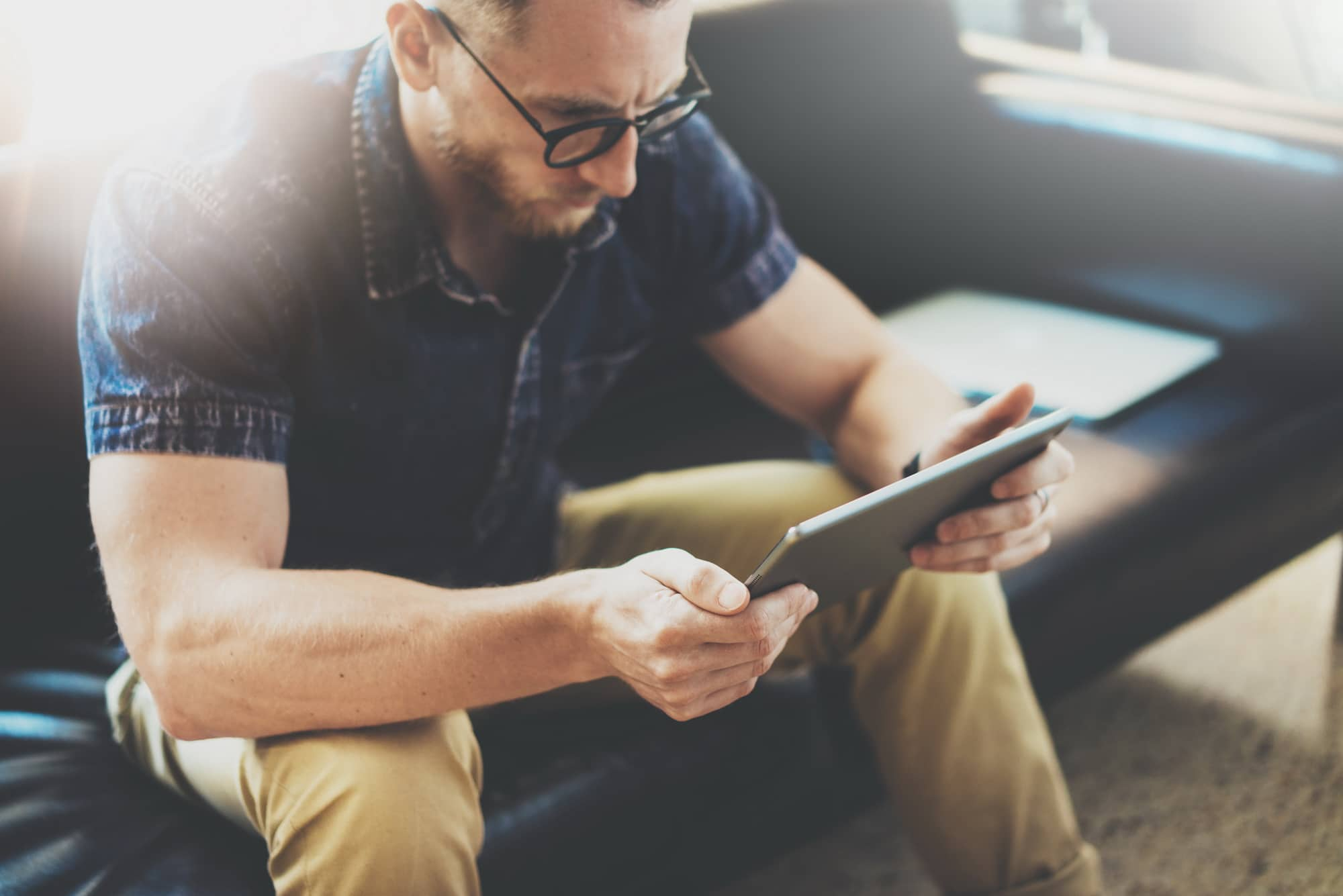 Ein E-Commerce-Betreiber informiert sich über die Leistungen von Kell Outsourcing.