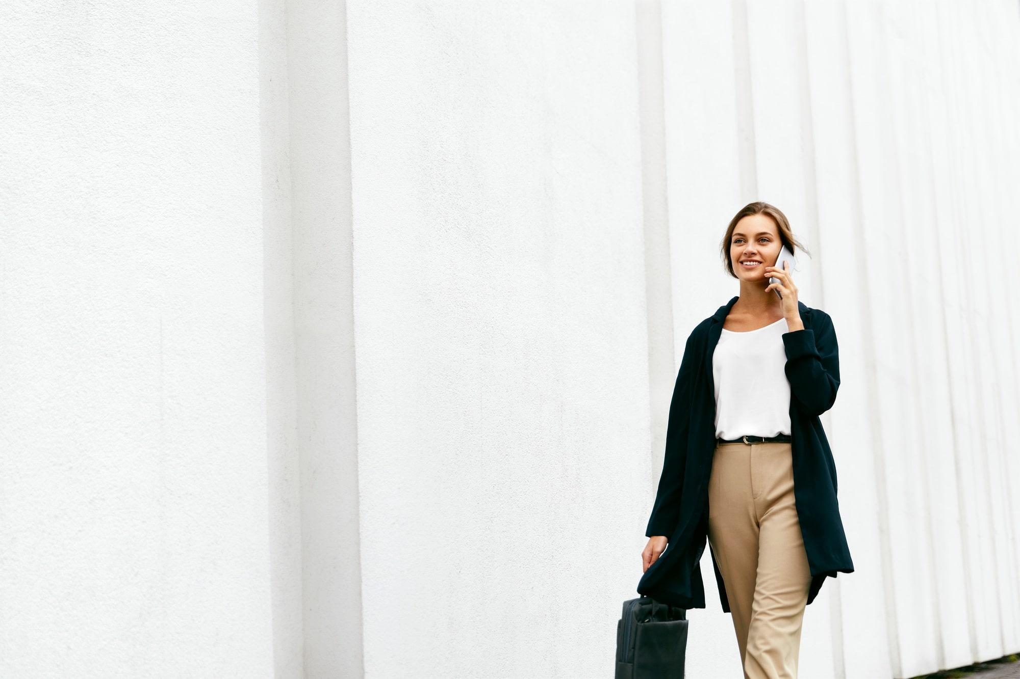 Eine Mitarbeiterin auf dem Weg zu einem Kunden aus dem Dienstleistungsgewerbe